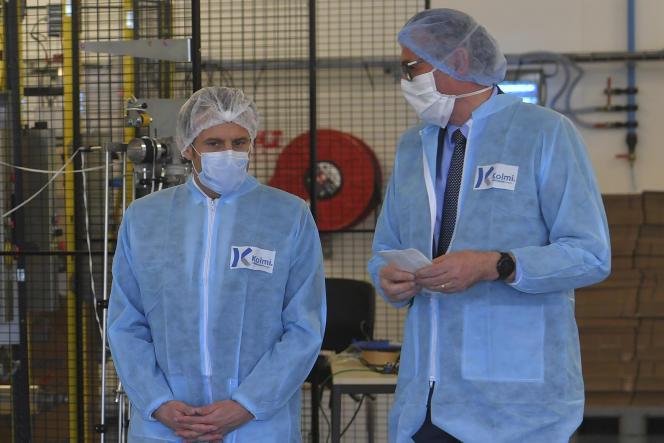 Emmanuel Macron, dans l'usine de production de masques Kolmi-Hopen àSaint-Barthélemy-d'Anjou, près d'Angers, mardi 31 mars 2020.