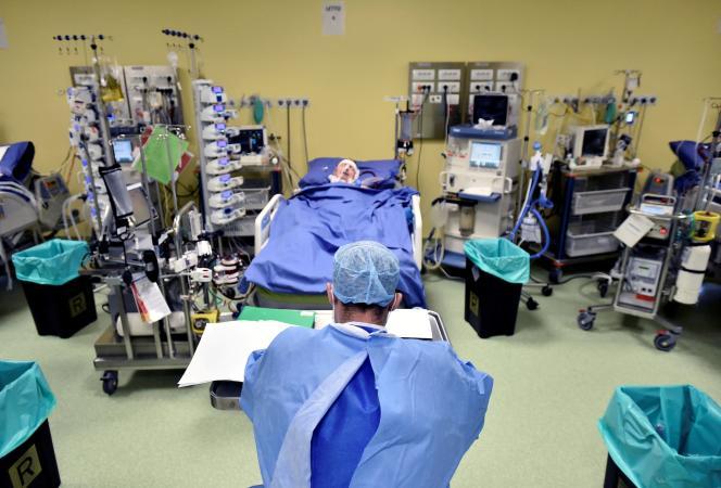 Une personne atteinte de Covid-19 dans une unité de soins intensifs à l'hôpital San Raffaele de Milan (Italie), le 27 mars.