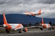 Des Airbus A320 d'easyJet attendent pour décoler pendant qu'un autre est en cours d'atterissage, à l'aéroport de Genêve, en mars 2019.