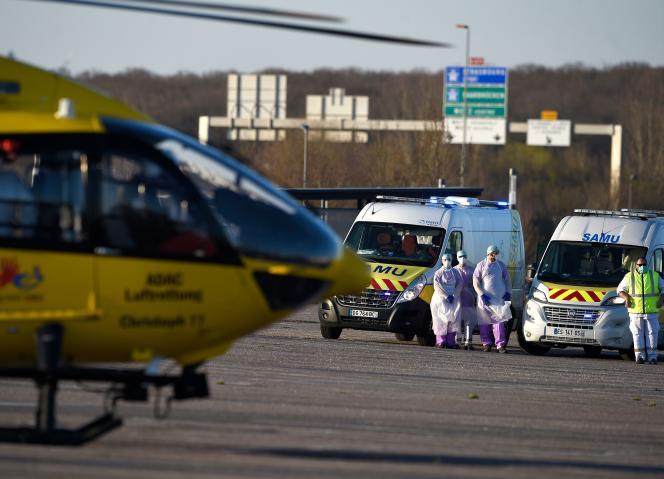 Un hélicoptère allemand évacue des malades du Covid-19du Centre hospitalier régional Metz-Thionville, le 23 mars.