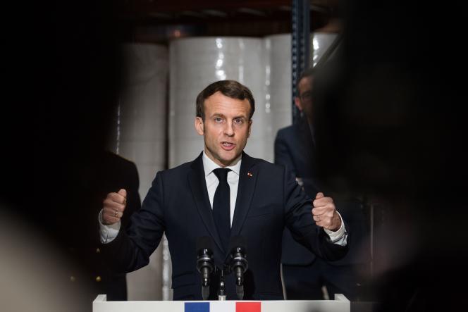 Le président Emmanuel Macron fait un discours après le visite d'une usine de masques protecteurs, à Saint-Barthélemy-d'Anjou près d'Angers (Maine-et-Loire), le 31 mars.