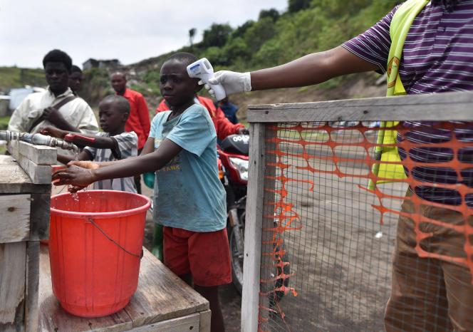 A Goma, dans l'est de la République du Congo (RDC), surveillance de la température, le 19 mars 2020, pour tenter de limiter la propagation du coronavirus.