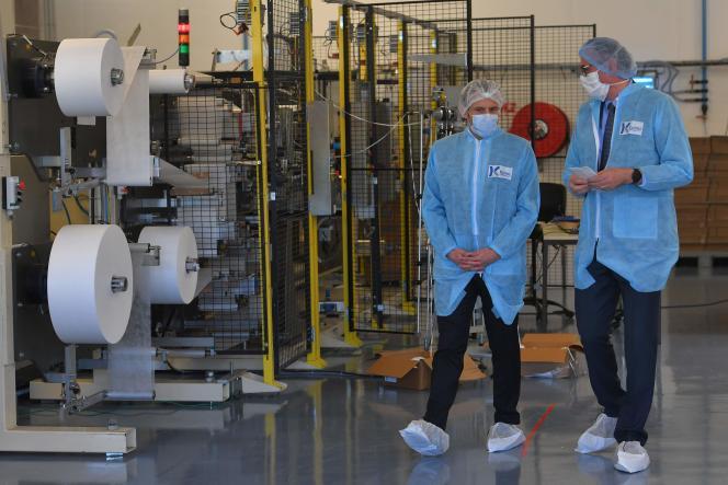 Le président de la République, Emmanuel Macron, lors de sa visite à l'usine Kolmi-Hopen deSaint-Barthélemy-d'Anjou (Maine-et-Loire), le 31 mars 2020.