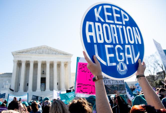 Des manifestants rassemblés pour défendre le droit à l'avortement, le 4 mars 2020, devant la Cour suprême à Washington, aux Etats-Unis.
