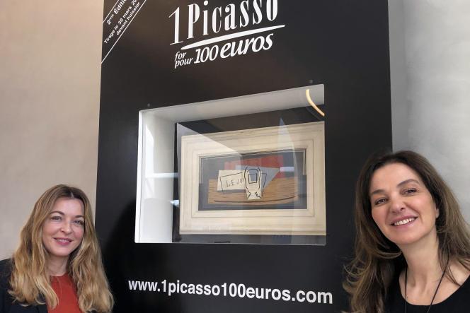 L'historienne d'art Arabelle Reille (à gauche) et la productrice et animatrice de télévision Péri Cochin, au Musée Picasso, à Paris, le 3mars, devantla nature morte postcubiste mise en jeu, peinte par le peintre catalan en1921.