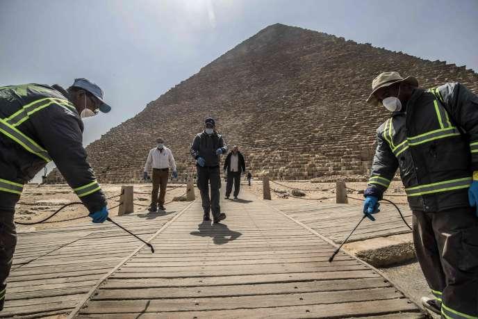 Désinfection devant une des pyramides de Gizeh, au Caire, le 25 mars.