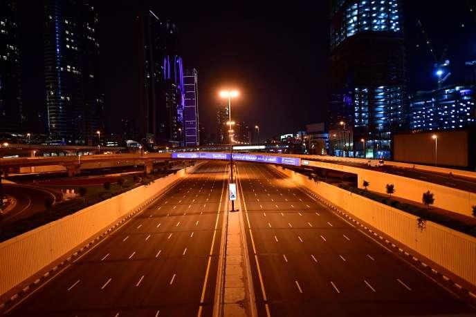Une route déserte de Dubaï (Emirats arabes unis), le 27 mars.