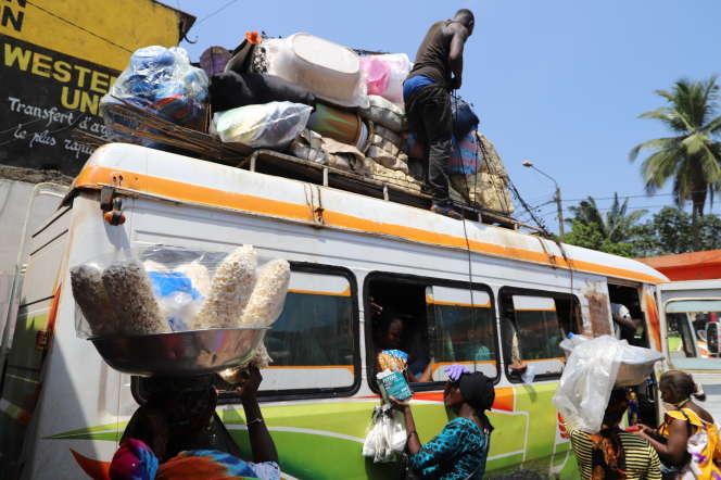 Départ d'Abidjan des citadins vers la campagne. La capitale économique de Côte d'Ivoire est bouclée depuis le 29 mars 2020.