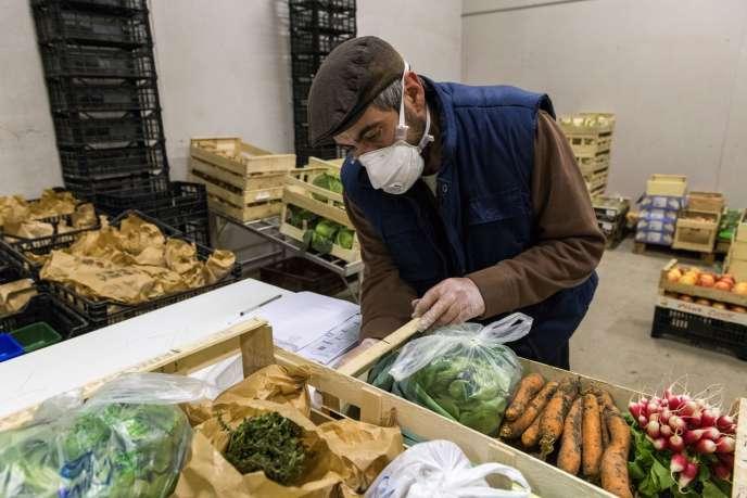 Un producteur de fruits et légumes prépare des paniers, le 25 mars, à Sayat (Puy-de-Dôme).
