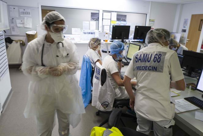 Le personnel des urgences de l'hôpital Louis-Pasteur, à Colmar (Haut-Rhin), le 26 mars.