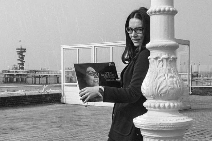 Six décennies à parcourir les scènes les plus prestigieuses, plus de 300 millions d'albums vendus, des tubes chantés dans une douzaine de langues, la carrière de Nana Mouskouri inspire le respect.