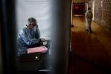 Le docteur Jean-Noël Lépront, le 31 mars dans un gymnase àChampigny-sur-Marne (Val-de-Marne) transformé en centre de consultation Covid-19.