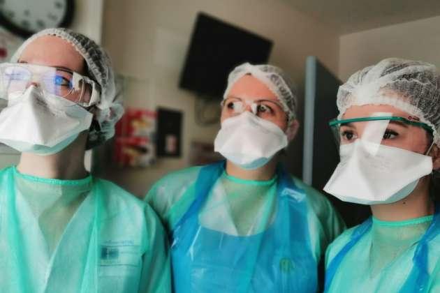 Une Infirmière et deux infirmières-stagiaires du CHU Besançon (Doubs), le 30 mars 2020.