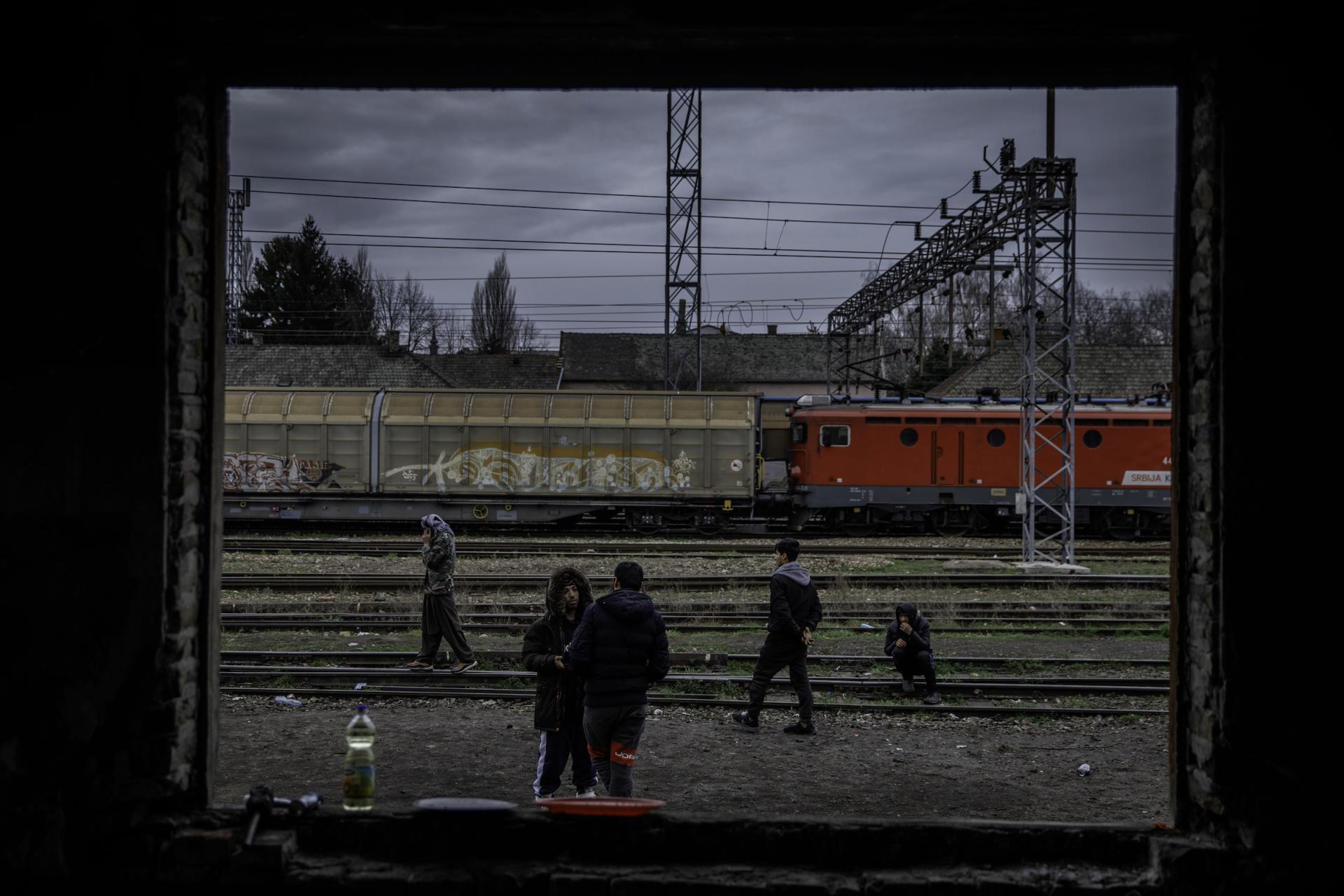 Dans la remise délabrée de la gare de Subotica, dans le nord de la Serbie, près de la frontière communautaire hongroise.