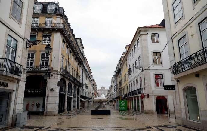 Une rue de Lisbonne, le 30 mars.