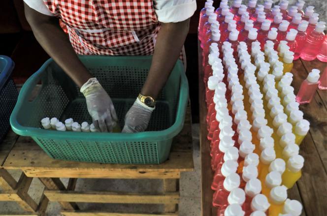 Fabrication artisanale de gel hydroalcoolique à Abidjan, le 1er avril 2020.