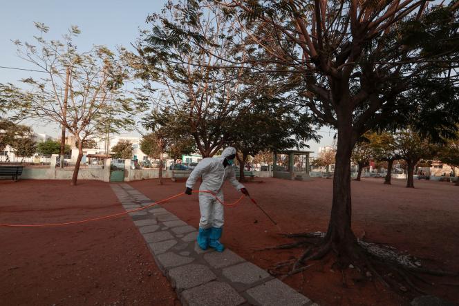 Un employé des services sanitaires désinfecte le jardin d'une mosquée à Dakar, au Sénégal, le mercredi 1er avril.