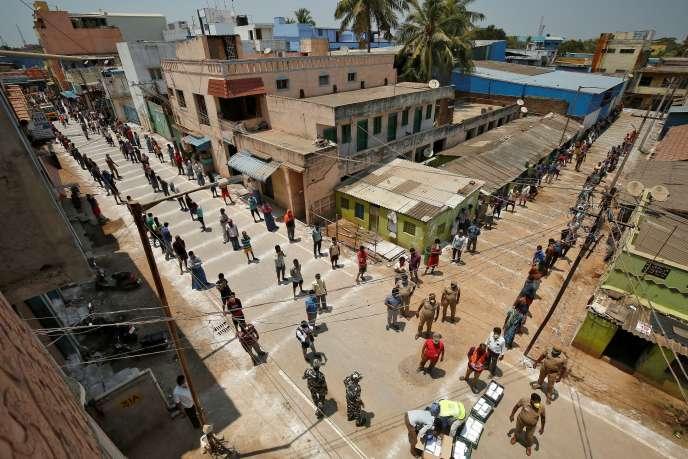Lors d'une distribution alimentaire, à Chennai (Inde), le 1er avril 2020.