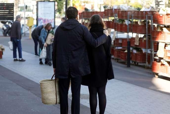 Un couple se promène à Joinville-le-Pont (Val-de-Marne) le 1er avril.