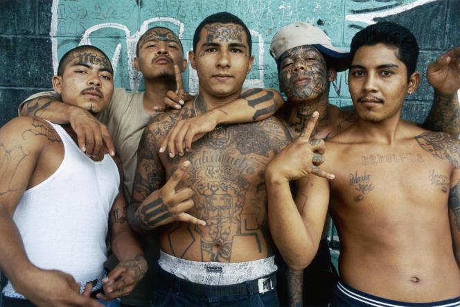 Membres de la MS-13 au centre pénitentiaire pour mineurs de Quezaltepeque, au Salvador, en juin 2004.