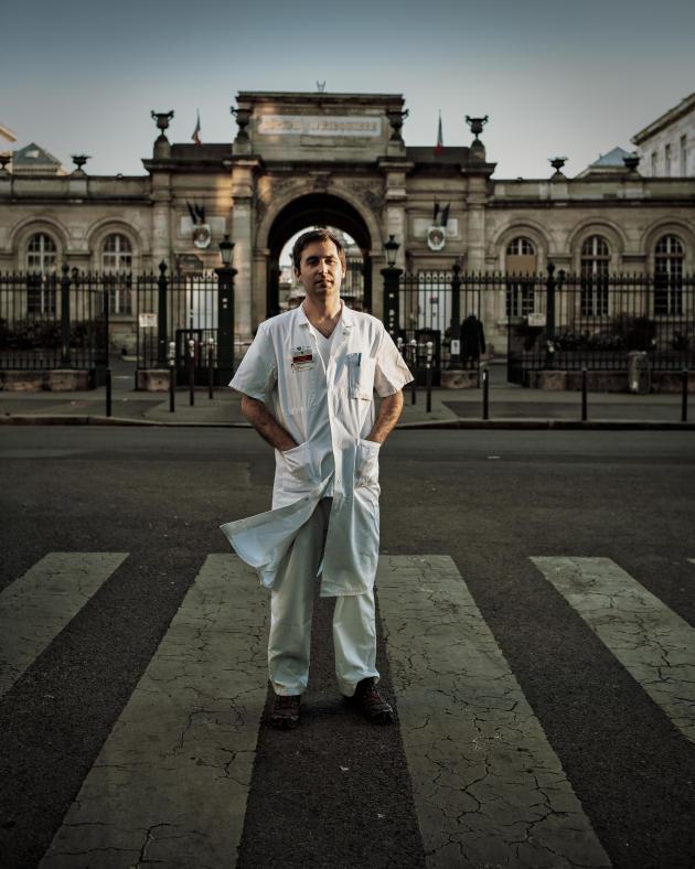 Maxime Gautier, urgentiste, devant l'hôpital Lariboisière, le 30 mars à Paris.