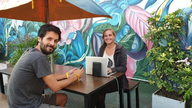 Cécile et Quentin Ménelot en quarantaine dans le patio de leur hôtel de Buenos Aires, à la fin de leur tour du monde.