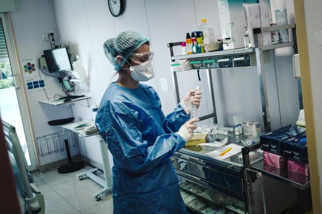 Une infirmière prépare une seringue dans le département Covid-19 de la clinique privée Amboise Paré, mobilisé pour la lutte contre le coronavirus à Neuilly-sur-Seine le 30 mars 2020. Lucas Barioulet