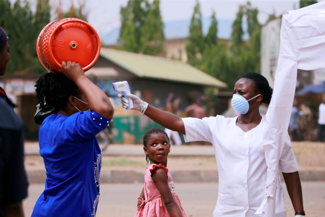 Surveillance de température corporelle à Abuja, capitale du Nigeria, le 30 mars 2020.