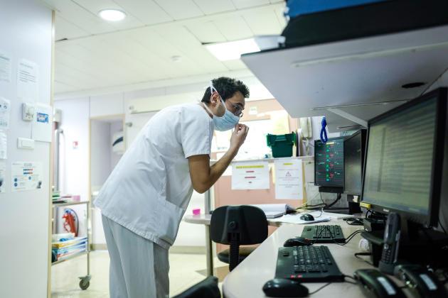 Ghilas, 26 ans, en deuxième année d'internat en cardiologie-réanimation,regarde les écrans de suivi des patients du service.