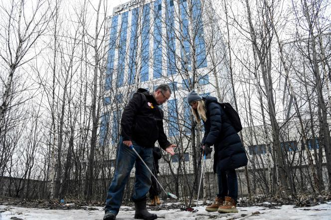 Le physicien, Andreï Ojarovski, et la militante, Yekaterina Maksimova, mesurent le niveau de radiation, à Moscou, le 17 mars.