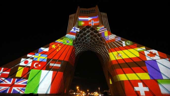 La tour Azadi deTéhéran, ornée de drapeaux et de messages de solidarité avec les pays touchés par la pandémie de Covid-19,le 31 mars.