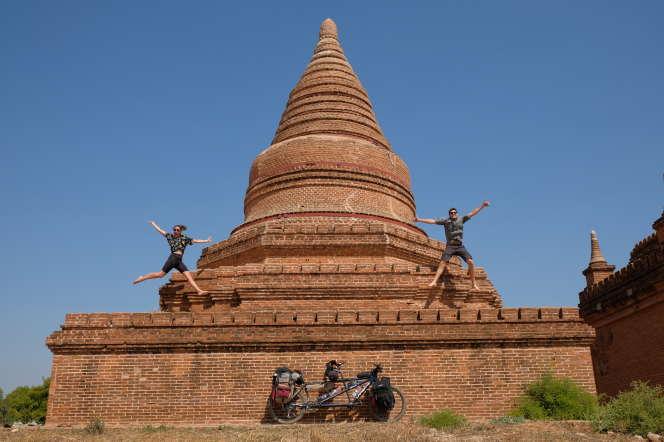 Félicie et Pierre-Alexandre à Bagan en Birmanie.