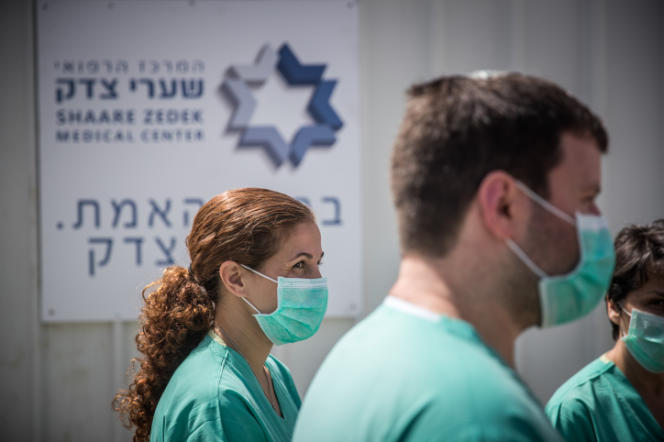 Des membres du personnel médical de la salle de quarantaine del'hôpital Shaare Zedek, à Jérusalem, le 24 mars.