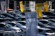 Des véhicules du groupe Renault sont stationnés sur un parking, à Paris, le 26 mars, enplein confinement.