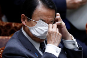 Le ministre japonais des finances, Taro Aso, au Parlement, à Tokyo, le 1er avril 2020.