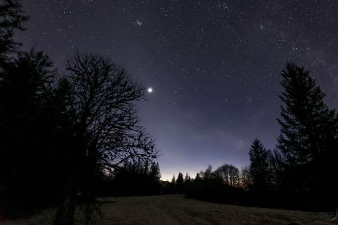 La planète Vénus est immanquable dans le ciel du soir actuellement… si vous pouvez regarder vers l'ouest !