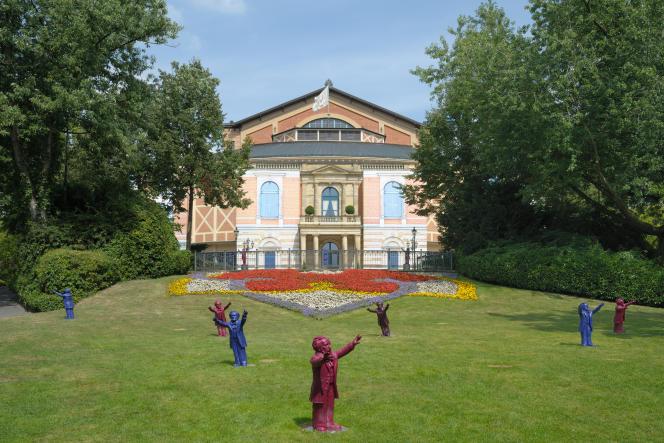 Sur la « Colline verte », devant le Palais des festivals, conçu par Richard Wagner en personne, l'artiste Ottmar Hörl a réalisé une installation de statuettes représentant Richard Wagner en chef d'orchestre. Bayreuth (Bavière), le 24 août 2013.