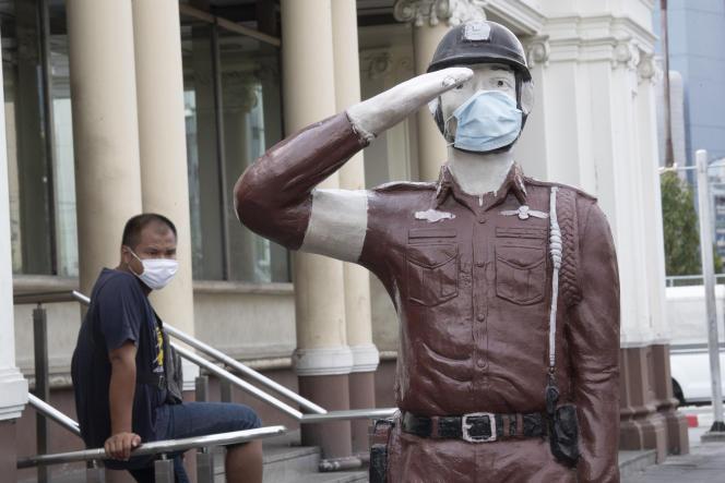 A la gare Hua Lamphong de Bangkok, le 1er avril, même les statues sont équipées de masques.