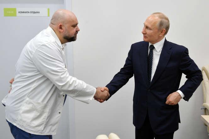 Le médecin-chef de l'hôpital moscovite de Kommounarka, Denis Protsenko, avec Vladimir Poutine, le 23 mars.