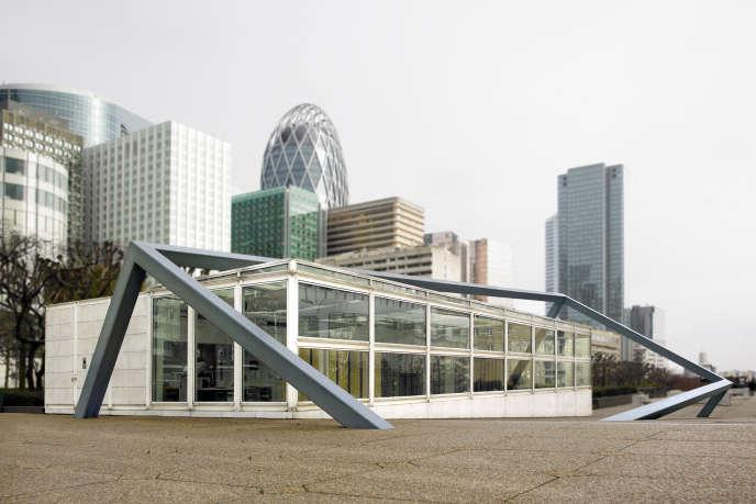 «La Défonce» (1990), œuvre monumentale de François Morellet, est en partie imbriquée dans le bâtiment du Centre national des arts plastiques, à La Défense.