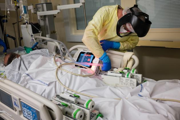 Le patient est transféré sous respirateur de transport. Pierre-Alain, le médecin-réanimateur, effectue le branchement sur le respirateur de réanimation. La manœuvre doit se faire le plus vite possible.