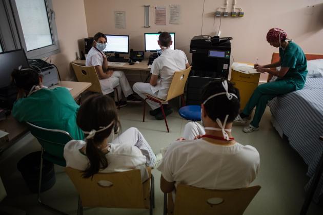 La «réa 4» reste sous la responsabilité du service de réanimation. Un point quotidien permet d'analyser l'ensemble des dossiers des patients. Les équipes de réanimation sont en blanc tandis que les équipes de blocs sont en vert.