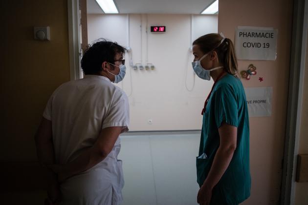 Samuel, médecin-réanimateur, discute avec Bénédicte, anesthésiste de bloc. Un partage et une mise à jour des connaissances en réanimation sont effectués au quotidien. L'objectif est qu'à très court terme, les équipes de bloc soient autonomes sur la «réa 4».