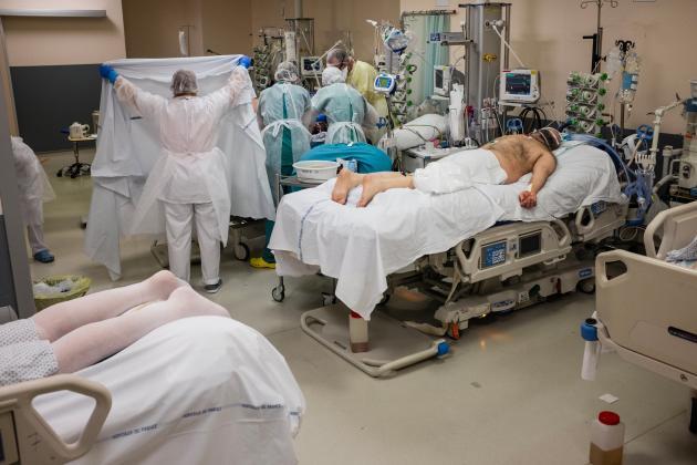La «réa 4» est divisée en trois sas. Dans ce sas, huit patients peuvent être pris en charge. Ici, l'équipe effectue un décubitus ventral. Le patient intubé est placé sur le ventre pour optimiser l'oxygénation pulmonaire durant seize heures puis remis sur le dos durant huit heures. Le cycle est ainsi répété durant quatre à six jours en moyenne.