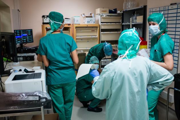 En « réa 4», les soins des patients sont assurés par les membres des équipes de bloc, infirmiers de bloc et infirmiers anesthésistes. Tous ont été spécifiquement formés à la réanimation.