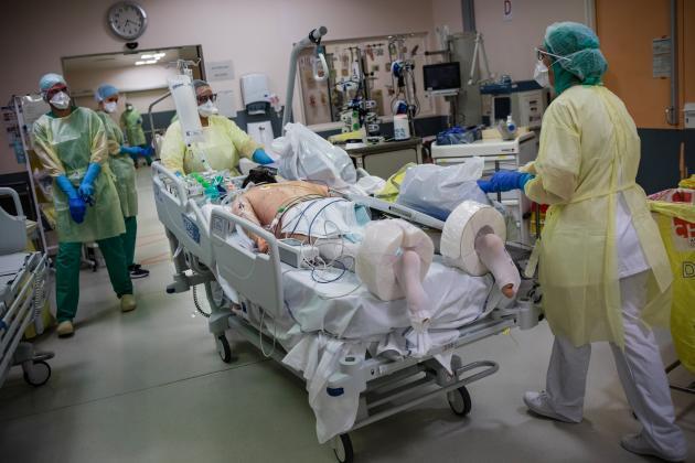 L'afflux de nouveaux patients est constant ces derniers jours. Lorsqu'un patient grave est admis à l'hôpital, il est d'abord stabilisé au service historique de réanimation (les réas «1» et «2») durant les premières vingt-quatre heures. Ensuite, il peut être transféré en unité dite «ouverte», comme la «réa 4».