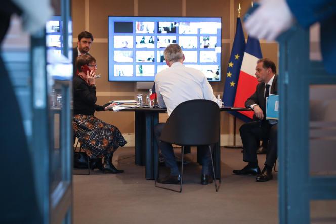 Le ministre de l'économie, Bruno Le Maire, en visioconférence à Paris, le 16 mars.