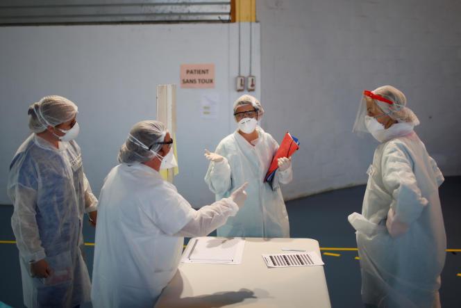 Du personnel médical prépare le matériel pour les consultations dans un centre d'urgence Covid-19, le 26 mars à Taverny (Val-d'Oise).