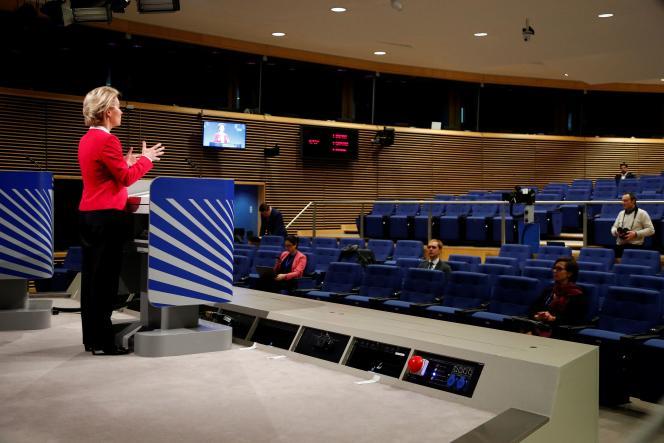 La présidente de la Commission européenne Ursula von der Leyen en conférence de presse à Bruxelles, le 2 avril.