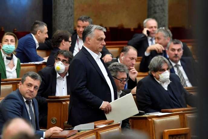 Le premier ministre hongrois, Viktor Orban, arrive au Parlement pour voter une loi donnant des «pouvoirs spéciaux» au gouvernement durant la crise du coronavirus, le 30 mars, à Budapest.